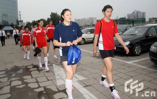 图文:女排奔赴天津进行5天封训 王一梅遥望远方