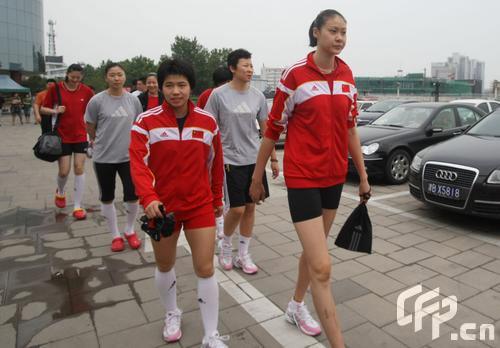 图文:女排奔赴天津进行5天封训 赵蕊蕊的大长腿
