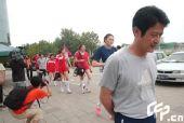 图文:女排奔赴天津进行5天封训 陈忠和低头行走