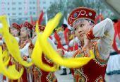 图文:奥运圣火在松原市传递 现场舞蹈表演
