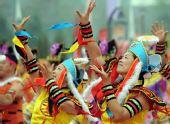 图文:奥运圣火在松原市传递 舞蹈表演