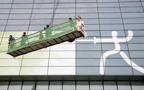国际会议中心击剑馆前,吊装车正在调适外观装饰
