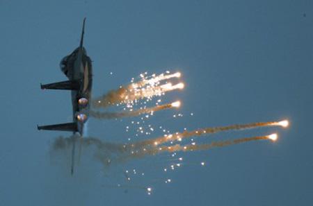 以军战斗机释放红外诱饵弹干扰防空导弹
