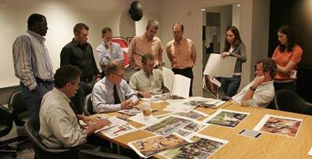 《体育画报》采编队伍在截版当天上午讨论本期杂志最后的出版大样。  郑福利 图