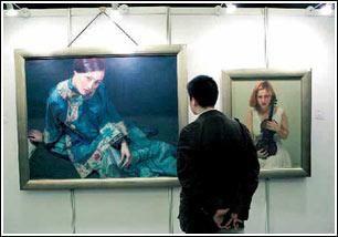 郁国祥将陈逸飞所作油画《仕女图》(左)和《小提琴手》(右)各一幅送给孙路一