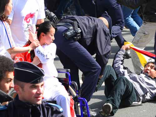 金晶:她用残缺的身体保护奥运火炬