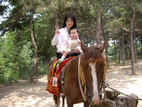 来到干陵,在众马夫起哄之下,尴尬的着长裙上马,而且是别扭的侧坐