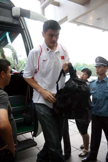 图文:男篮抵达杭州入住宾馆 姚明走入酒店