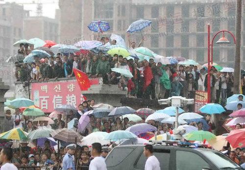 冒雨挤满街头的市民