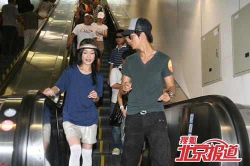 久未坐地铁的陈坤与周迅在地铁内
