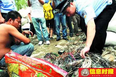 警方在检查一家废旧物品收购店时,查出大批铜线。时报记者 任传富 摄
