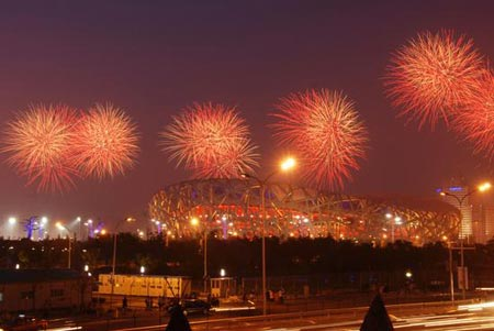 2008年7月16日,开幕式彩排首次燃礼花,鸟巢上空绚烂多彩。