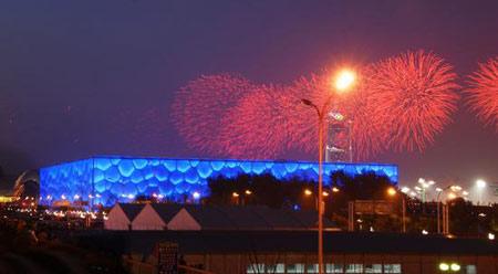 2008年7月16日,开幕式彩排首次燃礼花,水立方上空绚烂多彩。