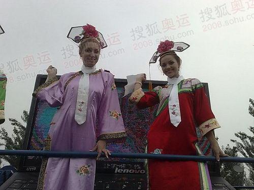 图文:圣火在沈阳传递 外国女孩身着满族服饰