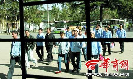 2007年11月,原国棉三厂,上班的纺织工人们 本报资料照片 记者 魏光敬 摄