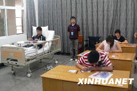 """7月3日,在德阳""""病房考场""""内,4名东汽中学考生正在填写答题卡。"""