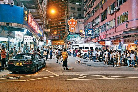 前晚的一场爆破及枪战戏,吸引很多市民围观。