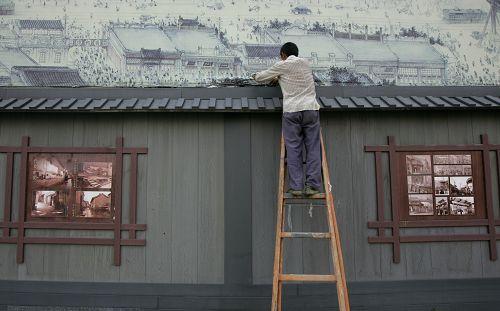 工作人员正在对建筑进行修饰