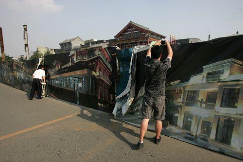 游客施工围栏外拍摄