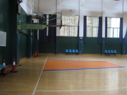 体育馆内的篮球场
