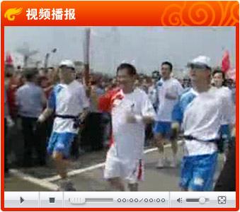视频:奥运圣火沈阳传递 笑星赵本山亮相擎祥云