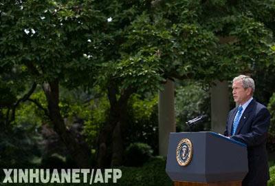 7月14日,美国总统布什在首都华盛顿的白宫发表讲话。布什当日称,作为应对高油价的一项举措,他已经解除在美国近海开采石油的行政禁令,同时敦促国会采取类似措施废除相关开采法律禁令。 新华社/法新