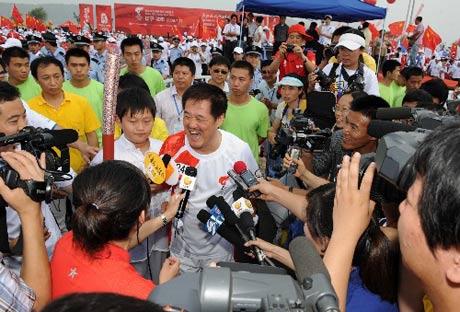 赵本山传递后被记者包围 新华社记者李刚摄