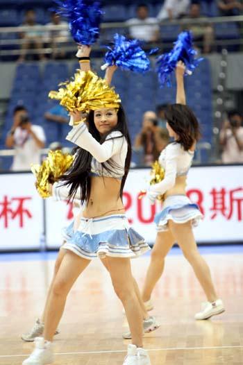图文:安哥拉战俄罗斯 啦啦队美女表演