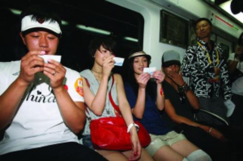 """在公共交通工具中遇到明星的概率几乎接近零,昨(16日)天,周迅、陈坤、高圆圆、佟大为四人应搜狐之邀大方亮相北京的地铁和公交车,目的就是为了让众人看到并仿效他们的""""环保行为""""。"""