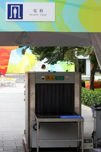 公园广场门口的安检机