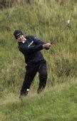 图文:英国公开赛首日演雨战 斯特兰其草丛挥杆