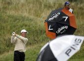 图文:英国公开赛首日演雨战 格林顶风大力挥杆