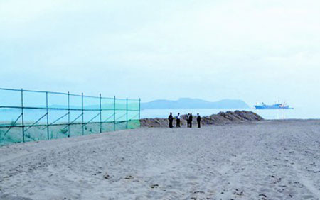 经营金刚山旅游项目的韩国现代峨山公司人员在事发地附近进行勘察