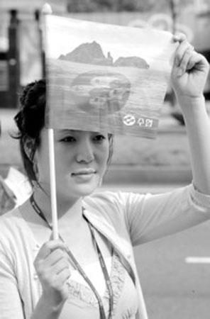 一名韩国妇女手持独岛旗帜,抗议日本在中学教科书指导手册中将该岛列为日本领土。
