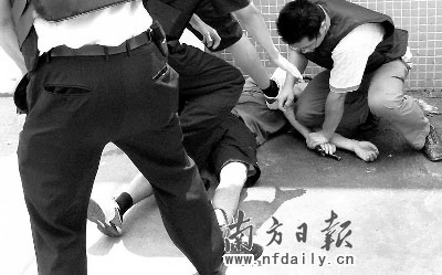 警方果断击毙持枪歹徒,从歹徒手中缴枪。何俊项南摄