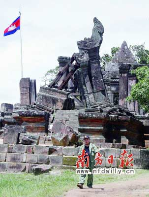 16日,柬埔寨士兵在柏威夏寺附近巡逻。新华社发