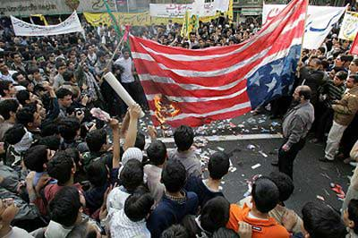 2005年10月2日,参加抗议活动的伊朗民众在前美国驻德黑兰大使馆前燃烧美国国旗。 新华/路透