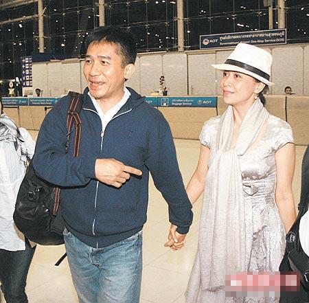 伟仔(左)牵着刘嘉玲抵曼谷机场,准新人脸上洋溢幸福