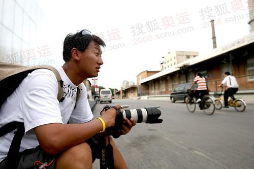 奥运官网摄影记者崔萌在798拍摄