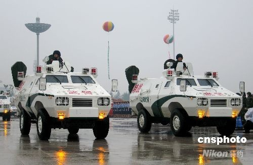 7月15日,沈阳市举办2008北京奥运会火炬传递暨奥足赛安保决战誓师大会,来自交警、消防、特警、武警、救护、检疫、行政执法的12个方队进行了誓师,各种警用车辆进行了展示。 中新社发 沈殿成 摄