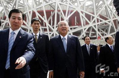 """资料图:5月28日,吴伯雄参观奥运主赛场""""鸟巢""""。"""