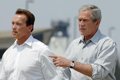 美国总统布什(右)抵达加州视察灾区.左侧为加州州长施瓦辛格.