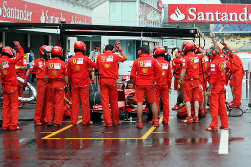 图文:[F1]德国站首次练习 法拉利车队进站演练
