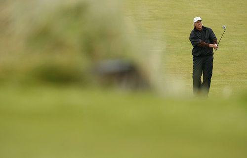图文:英国公开赛第二日比赛 诺曼望向远处果岭