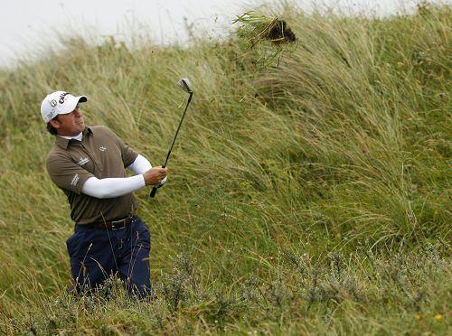 图文:英国公开赛第二日比赛 麦克多维尔似拔草