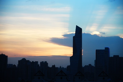 图文:上海发布强热带风暴警报