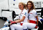图文:F1德国站第二次练习 美女车模很拉风