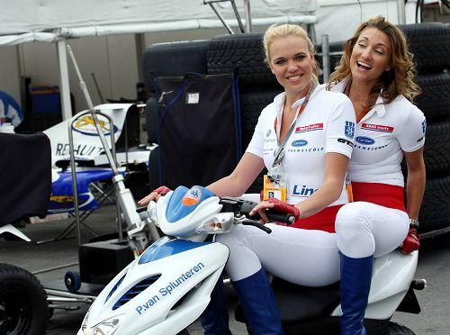 图文:F1德国站第二次练习 美女骑着摩托飙车
