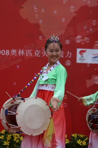 火炬大连站起跑仪式现场 朝鲜族歌舞拉升气氛