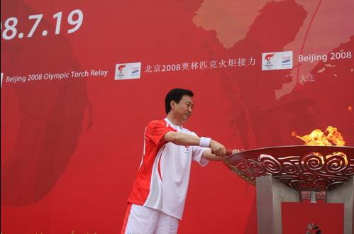 最后抵达中华武馆并由大连市市长夏德仁点燃圣火盆。